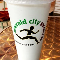 Photo taken at Emerald City Smoothie by 8PM R. on 3/27/2013