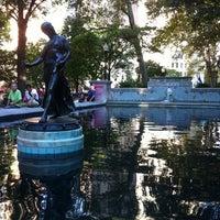 Foto tomada en Rittenhouse Square Fountain por Mari S. el 8/12/2012