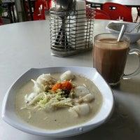Photo taken at D'Lengkuas Restoran Selera Kampung by Yani S. on 1/20/2013