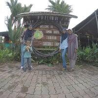 Photo taken at Pekan Tuaran by Iekalatip on 10/20/2016