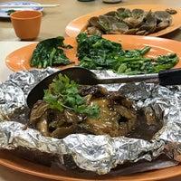 Photo taken at Lai Huat Seafood Restaurant 来发海鲜菜馆 by Pheobe T. on 7/8/2017