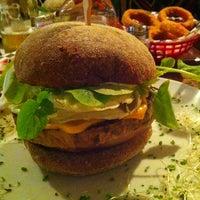รูปภาพถ่ายที่ Big Kahuna Burger โดย Mitsu S. เมื่อ 6/28/2013