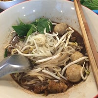Photo taken at ก๋วยเตี๋ยวเรือวาริน by Non N. on 7/24/2015