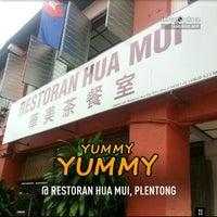 Photo taken at Restoran Hua Mui 华美茶餐室 by Mohd Hykal M. on 2/16/2013