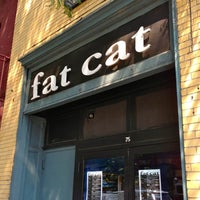 Photo prise au Fat Cat par The Corcoran Group le7/22/2013