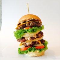 Das Foto wurde bei Holy Burger von Holy Burger am 10/9/2014 aufgenommen