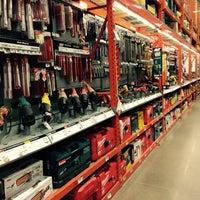 Foto scattata a The Home Depot da Sandra M. il 11/30/2014
