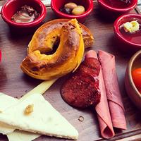 10/15/2014 tarihinde Tribeca Cafe Bar Loungeziyaretçi tarafından Tribeca'de çekilen fotoğraf