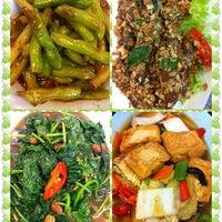 Photo taken at Heng Xin Zhai Vegetarian Food Centre (恒心斋) by Tan C. on 10/20/2012