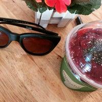 Photo taken at Mooshi Green Smoothie + Juice Bar by Venice P. on 9/4/2016