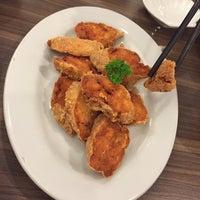 Photo taken at Singapore Kwetiaw Kerang & Seafood by Ivanna on 7/28/2016