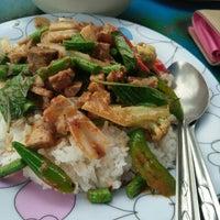 Photo taken at อาหารตามสั่ง ลุงอ้วน หน้า รร.ดารา by candyy🦄 on 8/7/2016