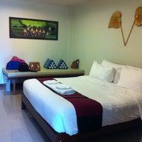 Photo taken at Maikaew Damnoen Resort | Ratchaburi by Benjamas J. on 12/13/2014