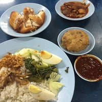 Photo taken at Restoran Nasi Lemak Lido by Fairul P. on 10/21/2015