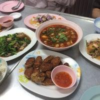 Photo taken at เฮง ข้าวต้มหัวปลา by Kokomo M. on 3/23/2017