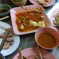 Photo taken at ร้านลาบร้อยเอ็ด (ลาดพร้าว-วังหิน) by 🎀kwang z. on 9/28/2012