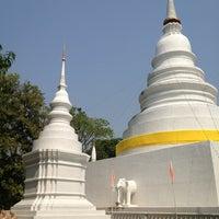 Foto tirada no(a) Wat Phra Singh Waramahavihan por Vito C. em 2/14/2013