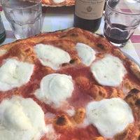 Foto scattata a Pizzeria Ostiense da Jen K. il 6/4/2017