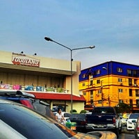 Photo taken at Foodland by Dusit D. on 11/22/2012