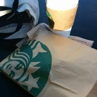 รูปภาพถ่ายที่ Starbucks โดย RH เมื่อ 7/17/2014