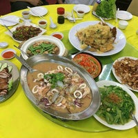 Photo taken at Restoran 9888 (发记海鲜楼) by wat r. on 5/2/2016