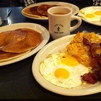 Das Foto wurde bei Cafe Java von Lisa H. am 10/19/2013 aufgenommen