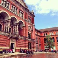 Das Foto wurde bei Victoria and Albert Museum (V&A) von Juliet S. am 5/25/2013 aufgenommen