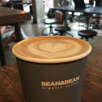 Foto scattata a Bean & Bean Organic Coffee da Monica B. il 5/13/2016