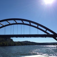 Foto tomada en 360 Bridge (Pennybacker Bridge)  por Stone S. el 10/19/2013