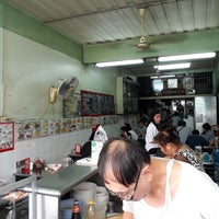 Photo taken at ต. จันทร์เพ็ญ ก๋วยเตี๋ยวเนื้อ ตลาดพลู by Ratsadakorn on 12/10/2017