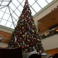 Foto tomada en Queens Center Mall por Sherry T. el 12/1/2012