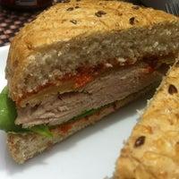 Foto tomada en Peponne Healthy Food & Bakery por Ricardo A. el 4/11/2013