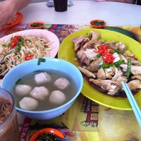 Photo taken at Restoran Lou Wong Tauge Ayam KueTiau (老黄芽菜鸡沙河粉) by Oxy A. on 8/4/2012