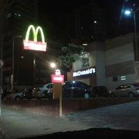 Foto tirada no(a) McDonald's por Vanessa V. em 5/4/2013