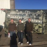 Foto tirada no(a) Mockery Brewing por Erin W. em 12/15/2014