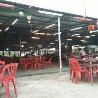 Photo taken at ข้าวต้มสมพงษ์ by Nick T. on 4/11/2014