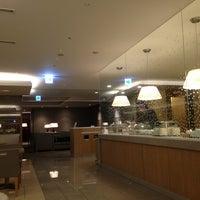 Photo taken at JAL Sakura Lounge - International Terminal by Daewook Ban on 3/9/2013