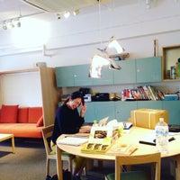 Photo taken at ワーキングラウンジEDITORY 神保店 by Mayuko M. on 10/5/2015