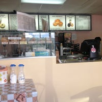 Photo taken at Winchell's DONUT HOUSE by Fang F. on 7/18/2013