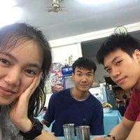 Photo taken at ร้านข้าวมันไก่สุโขทัย by inam 🐳 on 5/5/2016