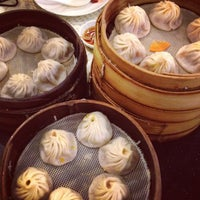 Photo taken at Nanxiang Steamed Bun Restaurant by Charles W. on 8/3/2012