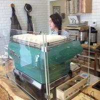 Photo prise au Menotti's Coffee Stop par Josh P. le10/10/2013