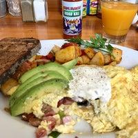รูปภาพถ่ายที่ Harbor Breakfast โดย Robert F. เมื่อ 10/4/2017