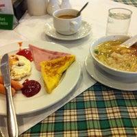 Photo taken at ห้องอาหารเรือนแก้ว โรงแรมร้อยเอ็ดซิติ้ by Niran Y. on 11/10/2013