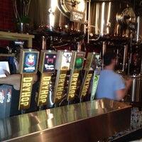 รูปภาพถ่ายที่ DryHop Brewers โดย Zach R. เมื่อ 6/22/2013