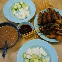 Photo taken at Restoran Sate Kajang Haji Samuri by Kaynisa F. on 3/24/2013