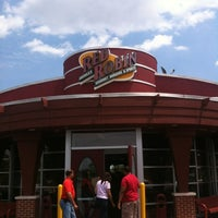 Photo taken at Red Robin Gourmet Burgers by Paul R. on 7/10/2012