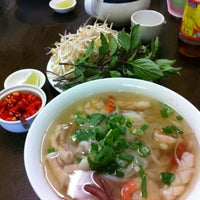 Photo taken at Yen's Vietnamese Restaurant by Les S. on 2/12/2012