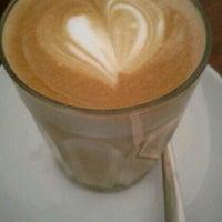Photo prise au Kith Café par Elle T. le4/1/2012