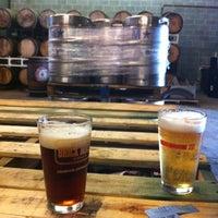 Foto tomada en Red Brick Brewing Company por Andrew C. el 5/5/2012